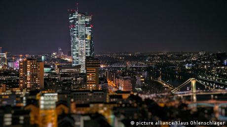 Frankfurt EZB Neubau bei Nacht