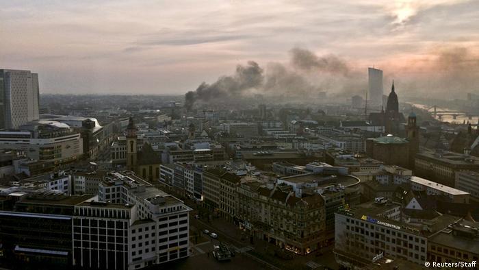 дым в небе над Франкфуртом
