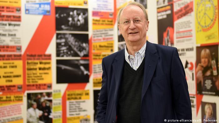 Staeck vor seinen Plakaten - Deutschland Kunst für Alle (Ausstellung) (picture-alliance/dpa/B. Pedersen)