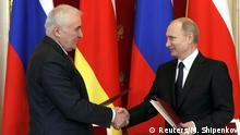 18.03.2015 * Russian President Vladimir Putin (R) shakes hands with President of the Georgian breakaway region of South Ossetia Leonid Tibilov during a signing ceremony at the Kremlin in Moscow, March 18, 2015. Russia signed a treaty with Georgia's breakaway South Ossetia region on Wednesday which Tbilisi condemned as a move aimed at annexation and the West says could threaten regional stability and security. REUTERS/Maxim Shipenkov/Pool (RUSSIA - Tags: POLITICS)