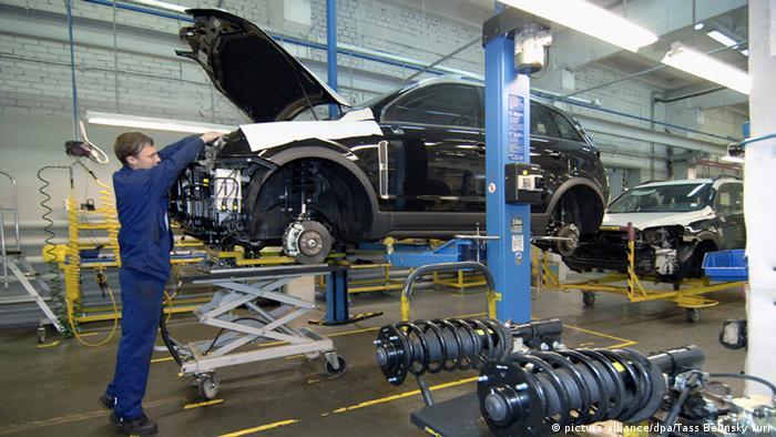 Рабочий собирает машину на заводе Opel в Калининграде