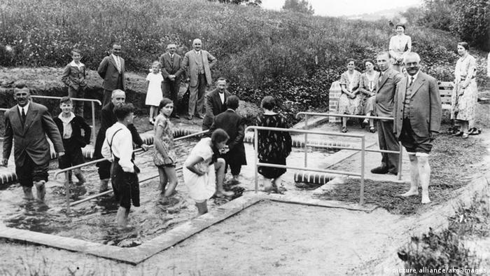 Водные процедуры по методу Кнайпа. Фотография 1935 года