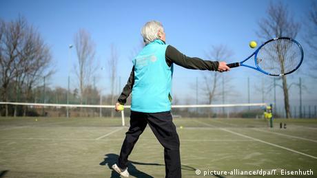 Senioren spielen Tennis (picture-alliance/dpa/T. Eisenhuth)