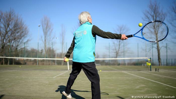 Senioren spielen Tennis
