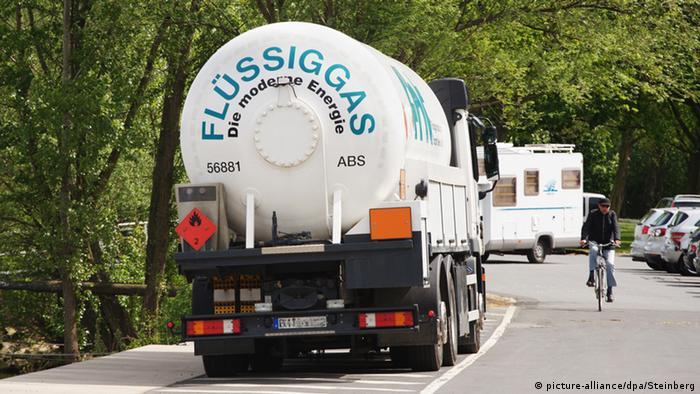 Auf einer Straße fährt ein LKW mit der Aufschrift Flüssiggas