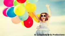 Freudig springen Mädchen mit bunten Luftballons; Copyright: Colourbox/Syda Productions