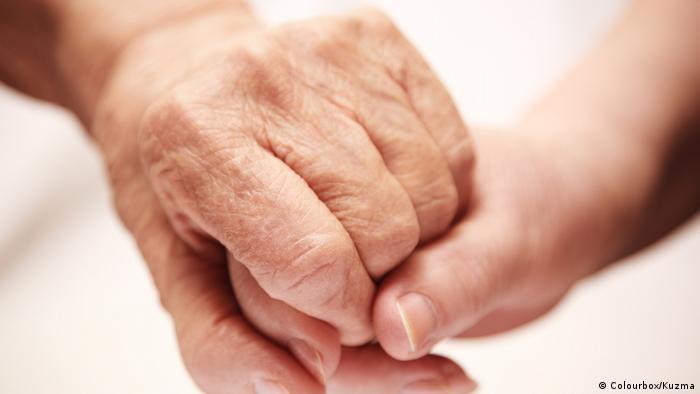 Zwei Hände halten sich