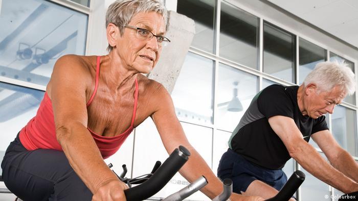 Älteres Paar im Fitnesstudio auf Ergometer
