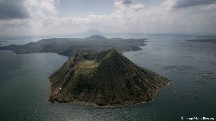 Philippinen Luzon Taal-See mit Vulkaninsel (Imago/Hans Blossey)