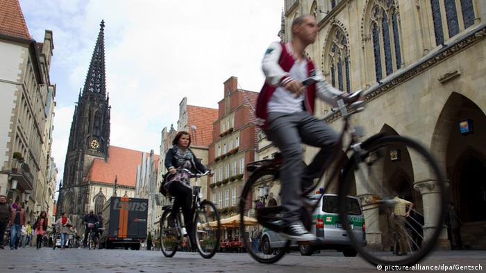 riding a bike in Münster (picture-alliance/dpa/Gentsch)