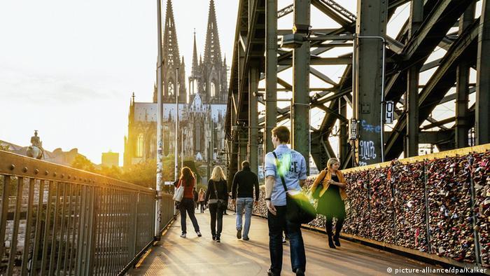 A catedral de Colônia vista da ponte Hohenzollernbrücke