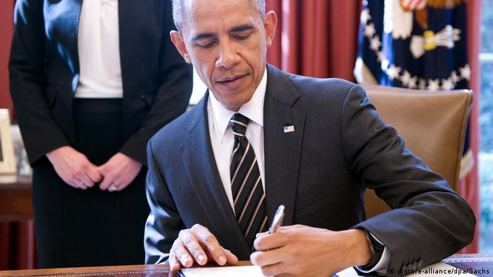 Obama unterschreibt Executive Order (picture-alliance/dpa/Sachs)