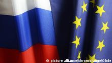 Fahnen von der EU und Russland