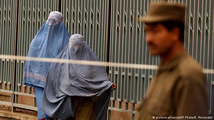 Afghanistan Straße mit Frauen und Polizist in Kabul