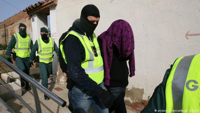 Сотрудники Гражданской гвардии задерживают подозреваемого (фото из архива)