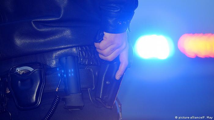 Deutschland Polizei Kontrolle Polizist mit Pistole
