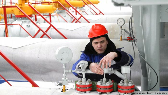 A Gazprom employee works at the gas measuring station Photo: EPA/MAXIM SHIPENKOV +++(c) dpa - Bildfunk+++