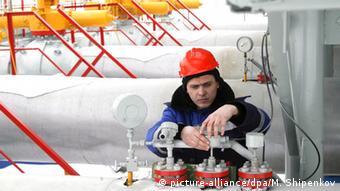 Работник Газпрома у трубы