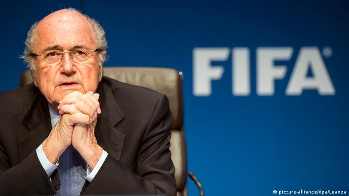 Зепп Блаттер на фоне эмблемы ФИФА