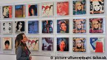 Vom Pop-Art Künstler Andy Warhol gestaltete Plattencover betrachtet eine junge Frau am Dienstag (17.01.2012) im Leipziger Grassi-Museum für Angewandte Kunst. Die 69 Cover stammen aus einer großzügigen Leihgabe und sind seit kurzer Zeit im Museum zu sehen. Ein weiterer Höhepunkt für das Grassi-Museum wird die Eröffnung des neuen Teils der Dauerausstellung Jugendstil bis Gegenwart am 4. März sein. Foto: Hendrik Schmidt dpa/lsn +++(c) dpa - Bildfunk+++