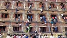 Indien Eltern helfen Schülern beim schummeln