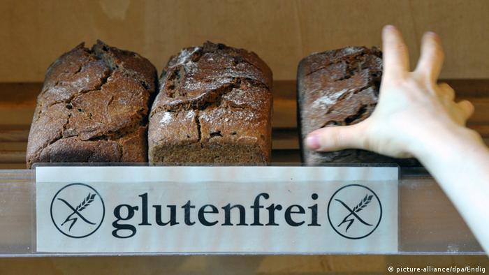 Буханки черного хлеба с надписью без глютена