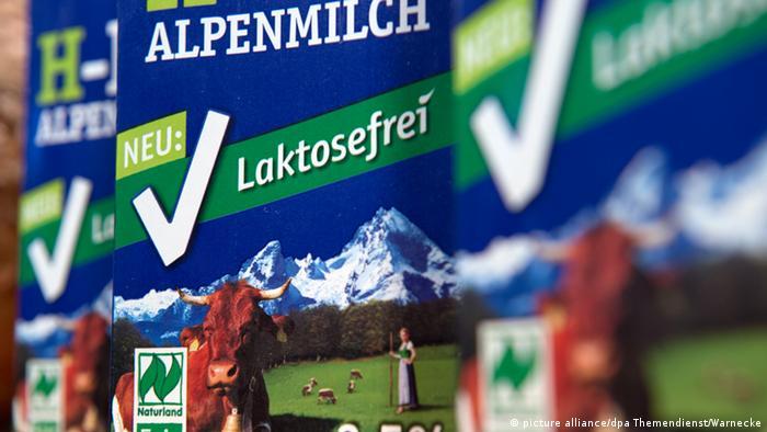 Упаковки альпийского молока с надписью без лактозы