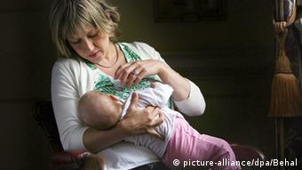 Мать кормит ребенка грудью