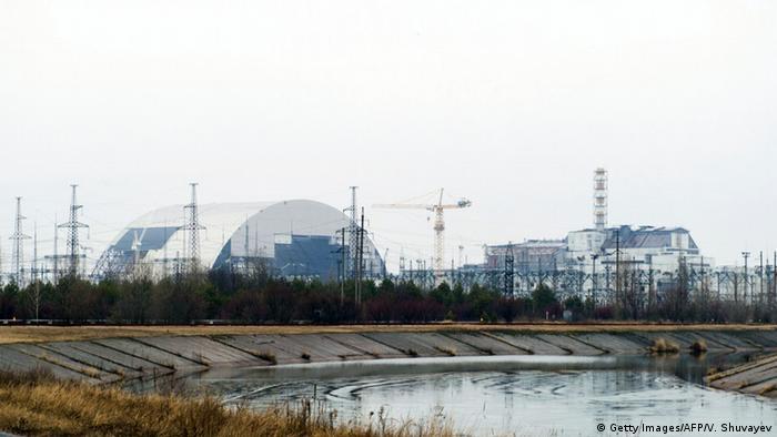 Купол над разрушенным реактором Чернобыльской АЭС