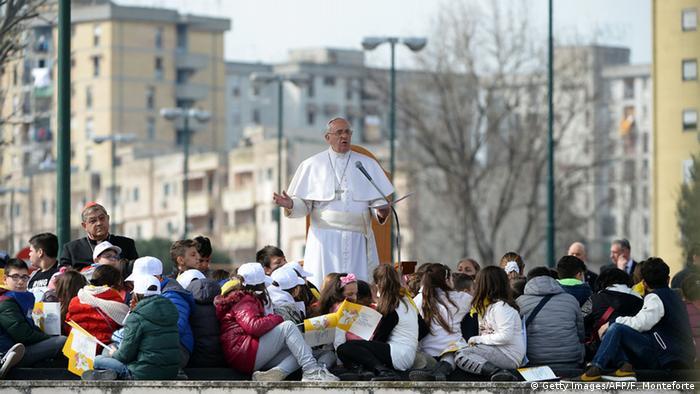 Папа Франциск проповедует в Скампии в окружении детей