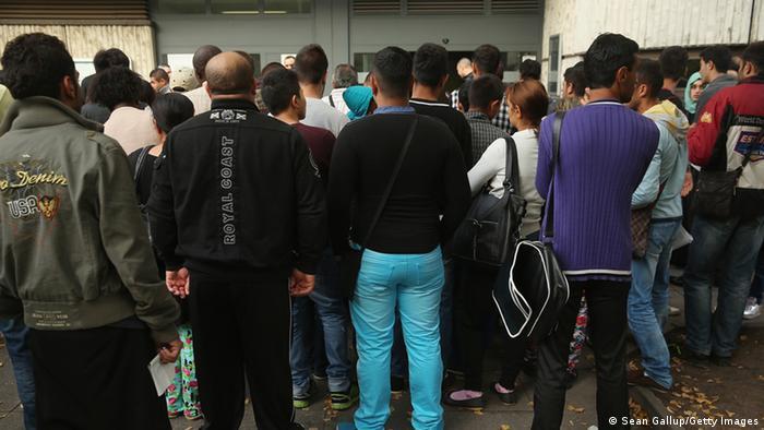 Біженці біля приймального пункту в Берліні