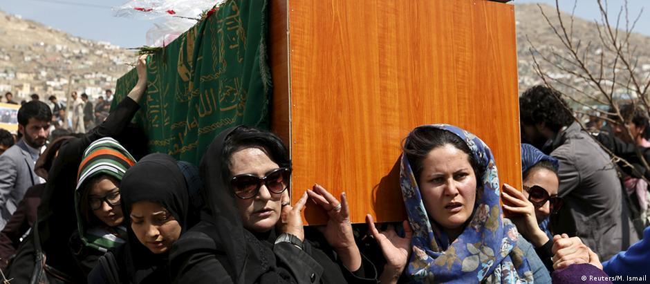 Ativistas em defesa dos direitos da mulher carregam caixão de Farkhunda durante o enterro, em Cabul