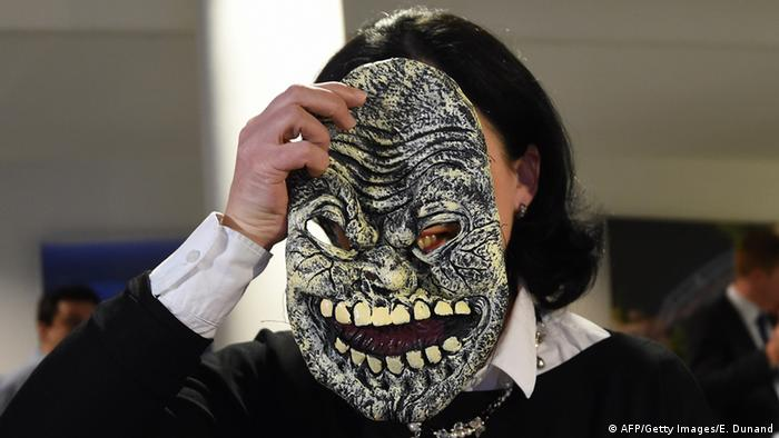 Vera Jourova displays a mask considered dangerous (AFP/Getty Images/E. Dunand)