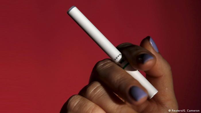 در فاصله سالهای ۲۰۱۴ تا ۲۰۱۷، فروش سیگار الکتریکی (ویپ) هفت برابر شد. اما دفع بهینه این سیگارها هم خودش معضل جدیدی است؛ زیرا حالا با ترکیبی از نیکوتین، غلافهای پلاستیکی و کائوچویی و باطریها طرف هستیم. تعداد سیگارهای الکترونیکی دورانداخته شده در سواحل و کرانهها روز به روز بیشتر میشود. این در حالی است که تحقیقات درباره آثار زیانبار زیست محیطی آنها هنوز در مراحل مقدماتی قرار دارد.