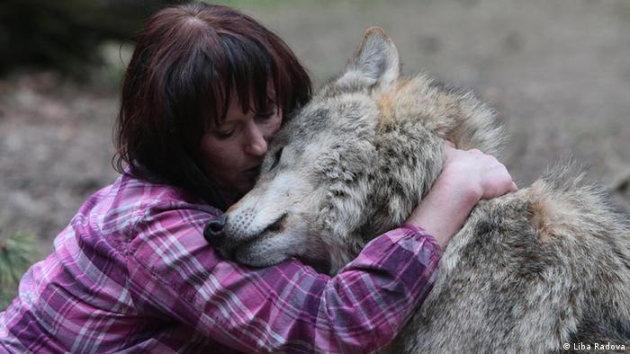 Tanja Askani hugging a wolf (Photo: Liba Radova)