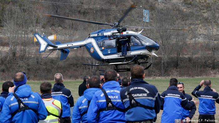 Французские спасатели продолжают работать на месте катастрофы рейса 4U9525