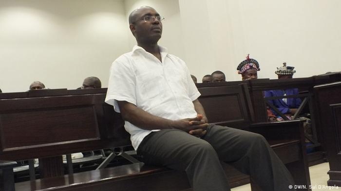 Rafael Marques no tribunal em Luanda no início do julgamento