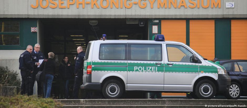 Carro da polícia em frente à escola de Haltern am See, na Alemanha