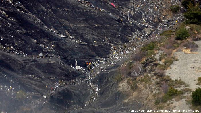 Wrackteile und Trümmeran einem Berghang nach dem Absturz bei Seyne-les-Alpes in der Provence, Frankreich (Foto: Thomas Koehler/photothek.net/Auswärtiges Amt/dpa)