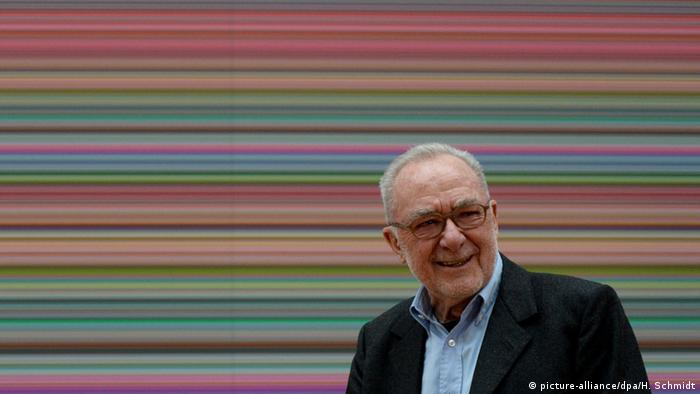 Gerhard Richter in front of one of his Strip paintings, Copyright: picture-alliance/dpa/H. Schmidt
