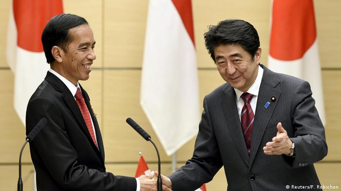 Japanese Prime Minister Shinzo Abe (R) escorts Indonesian President Joko Widodo at the end of a news conference at Abe's official residence in Tokyo March 23, 2015 (Photo: REUTERS/Franck Robichon/Pool)
