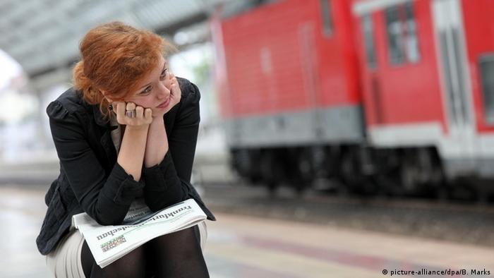 Woman waiting for a train, Copyright: picture-alliance/dpa/B. Marks
