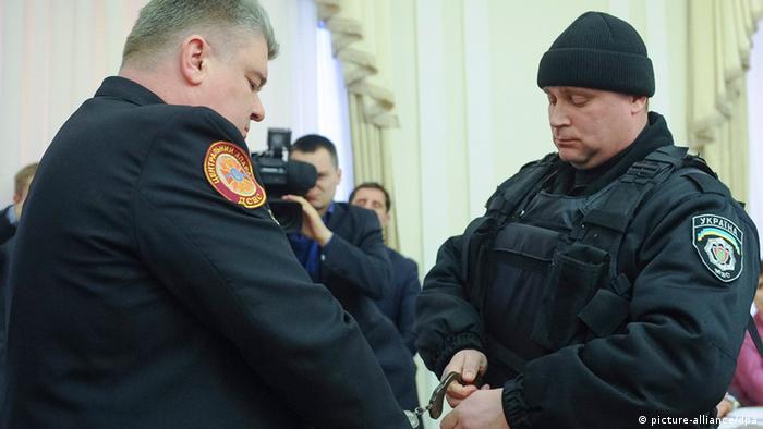 На Бочковского надевают наручники