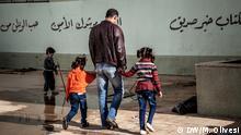 März 2015 Abdallah, sechsfacher Vater, lebt mit seiner Familie in einer ehemaligen Schule, die seit Monaten als Unterkunft für Flüchtlinge dient. Hier bringt er seinen beiden ältesten Töchter zurück in das Klassenzimmer, was ihnen als Unterkunft dient. Wie viele Kinder in Benghazi konnten auch Abdallahs Kinder seit Monaten nicht mehr zur Schule gehen; Copyright: DW/M. Olivesi