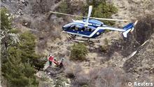 Helikopter mit Rettungskräften an der Absturzstelle von Germanwings Flug 4U9525