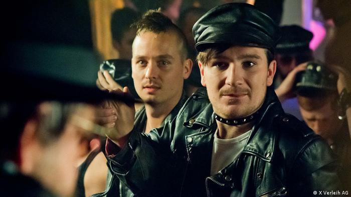 Filmstill Tod den Hippies - Es lebe der Punk! von Oskar Roehler - Szene mit jungen lederbekleideten Punks (X Verleih AG)