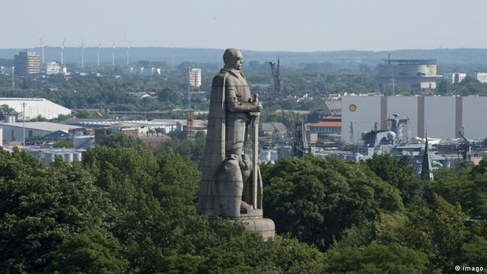 The Bismarck monument in Hamburg shows the first chancellor with a long sword. He stands taller than the treetops at the Old Elbe park.