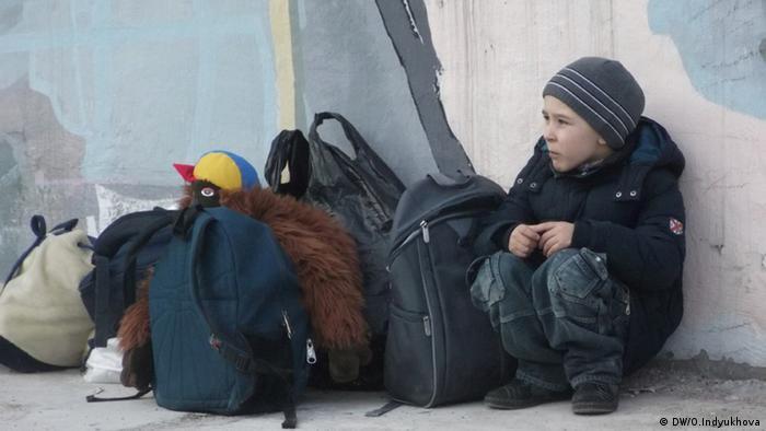 Мальчик ждет маму в киевском центре помощи беженцам Каждый может помочь