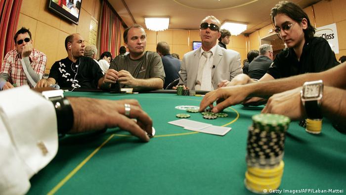 بازی پوکر، یکی از محبوبترین بازیهای با ورق در جهان است