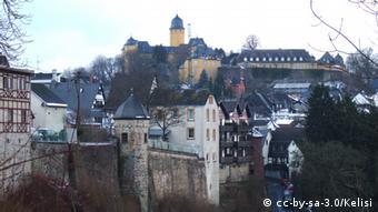 Deutschland Montabaur Schloss mit alter Stadtmauer und Sauertalstrasse